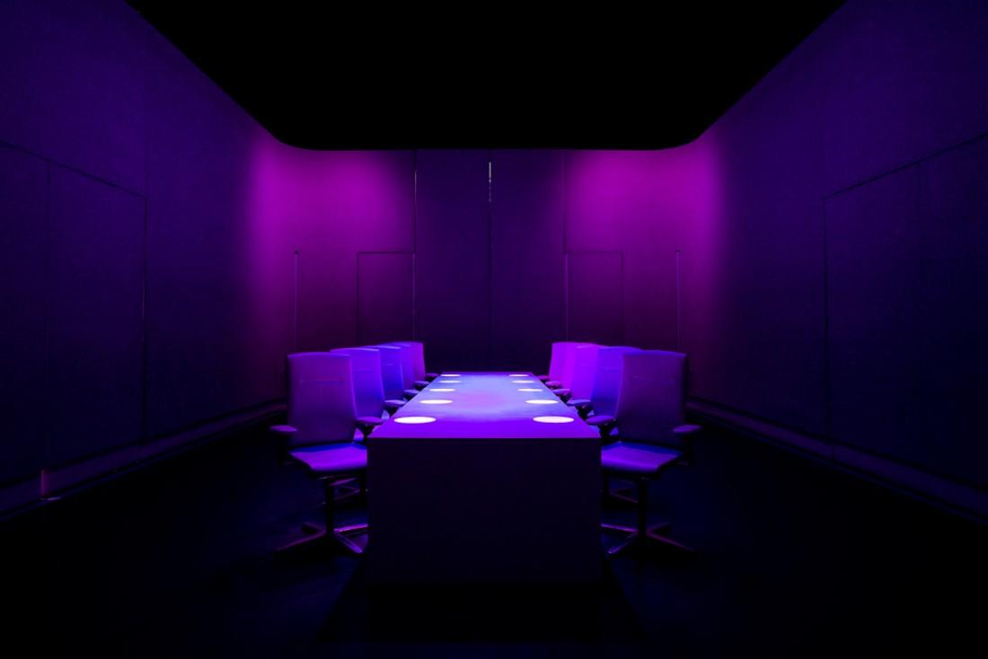 Les murs de la salle à manger sont nus lorsqu'ils ne sont pas utilisés comme support de projection © Scott Wright