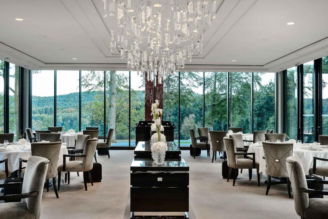 Décor contemporain ouvert sur la nature dans la salle à manger du restaurant gastronomique © Reto Guntli