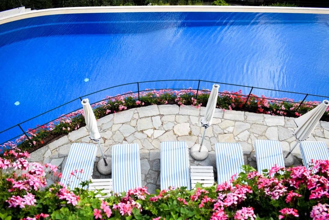 Vue sur la piscine de l'hôtel © YONDER.fr