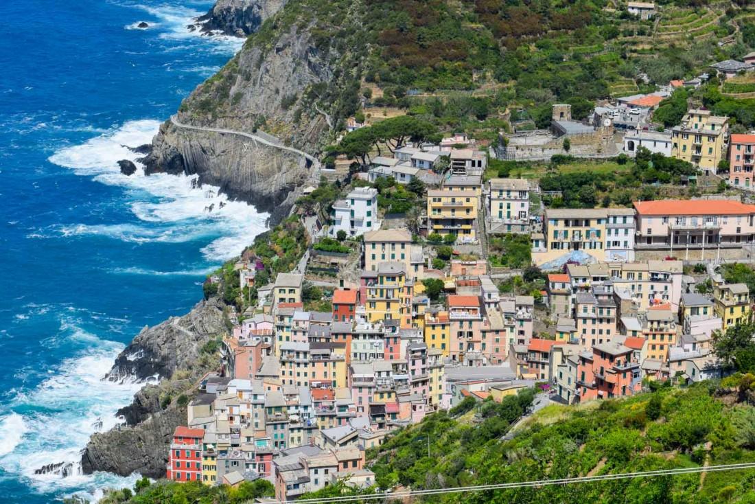 Vue sur le village de Riomaggiore dans les Cinque Terre, en arrivant par la route depuis La Spezia © YONDER.fr