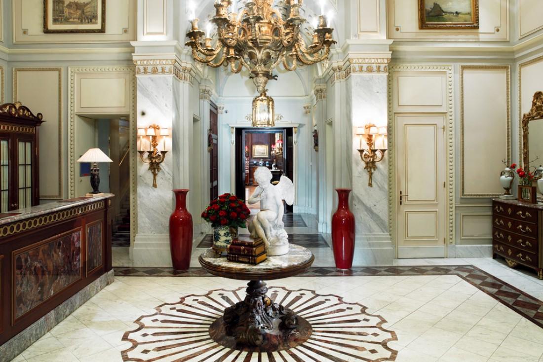 Marbre et lustre dans le vestibule du palace © Hotel Sacher