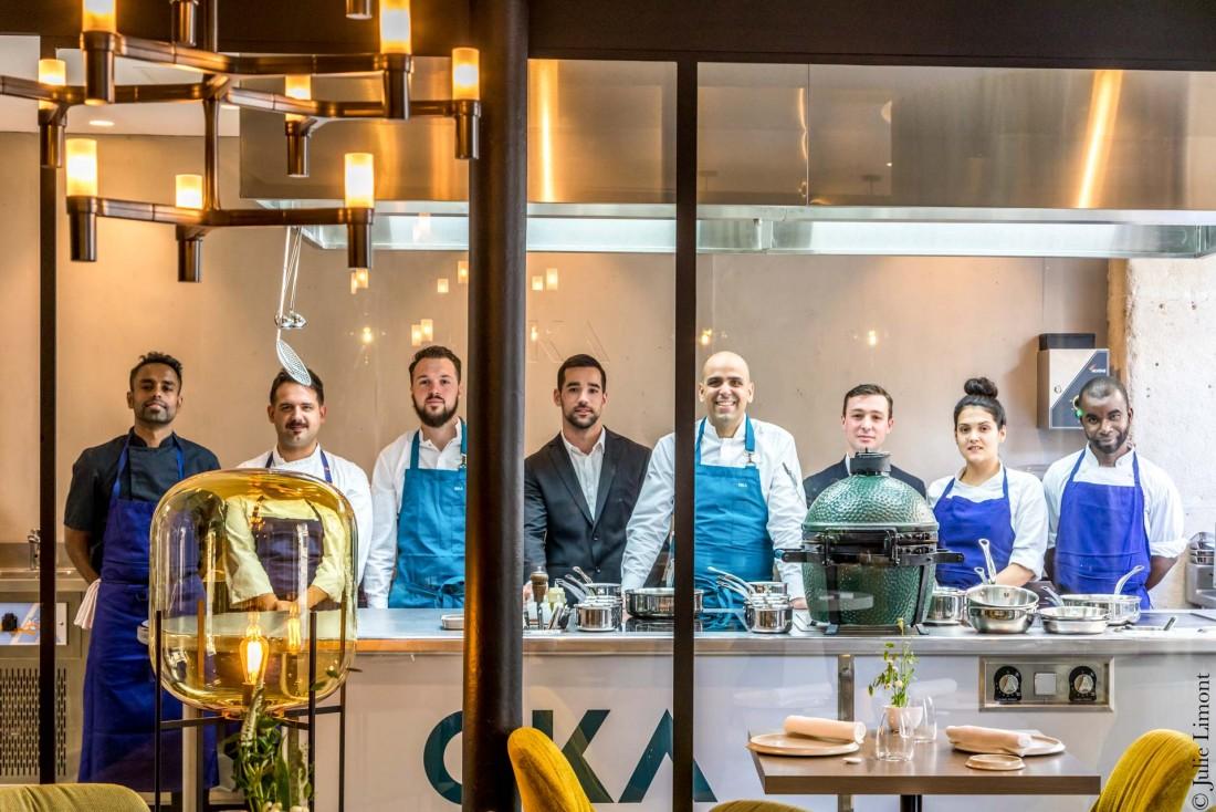 L'équipe d'OKA rassemblée autour de son chef Raphaël Régo en cuisine © Julie Limont