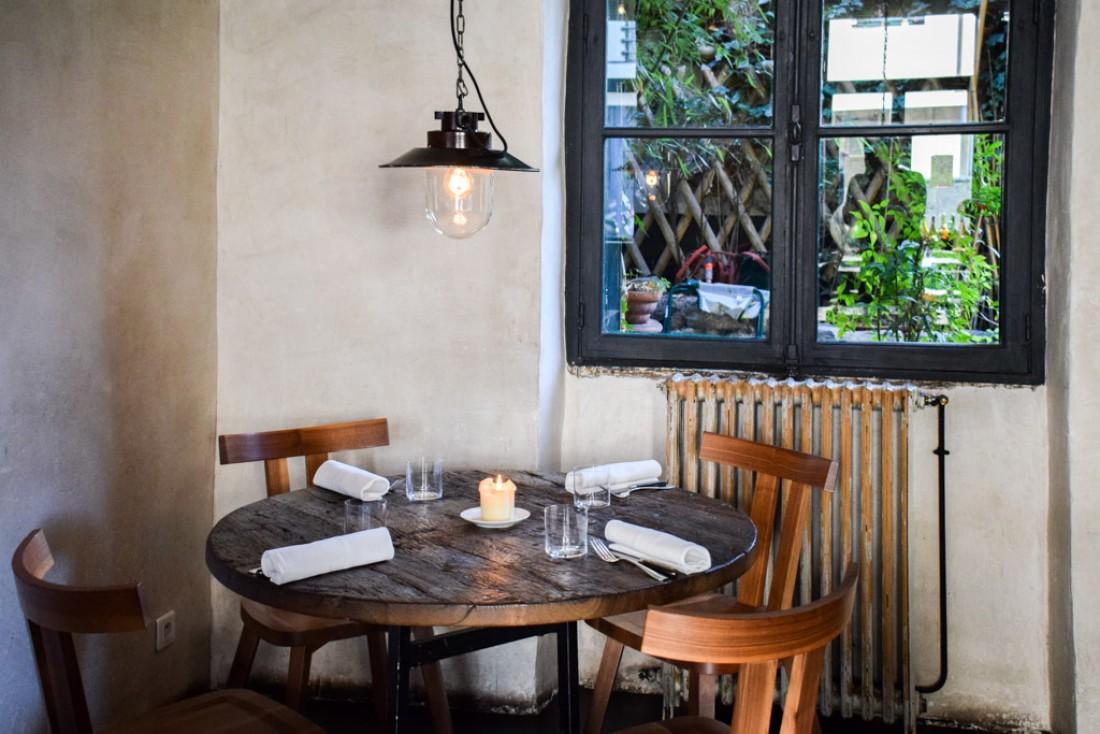Particularité étonnante du restaurant, il s'ouvre sur un petit jardin © YONDER.fr
