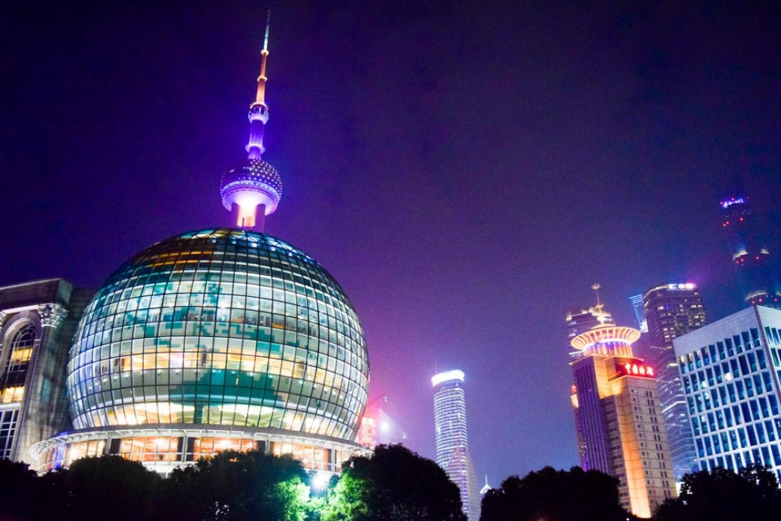 Le Shanghai International Convention Center au pied de la Perle de l'Orient, la célèbre tour de télvision de Shanghai © Yonder.fr
