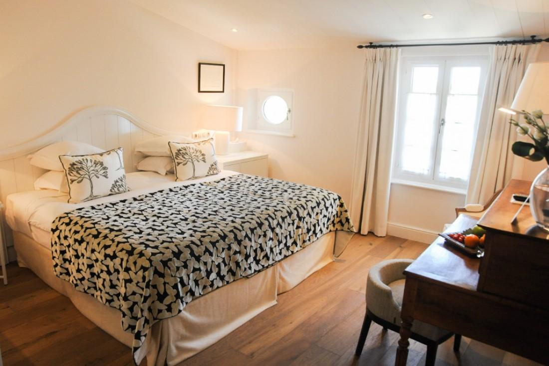 Bois et tons clairs dans les chambres et suites © Villa Clarisse