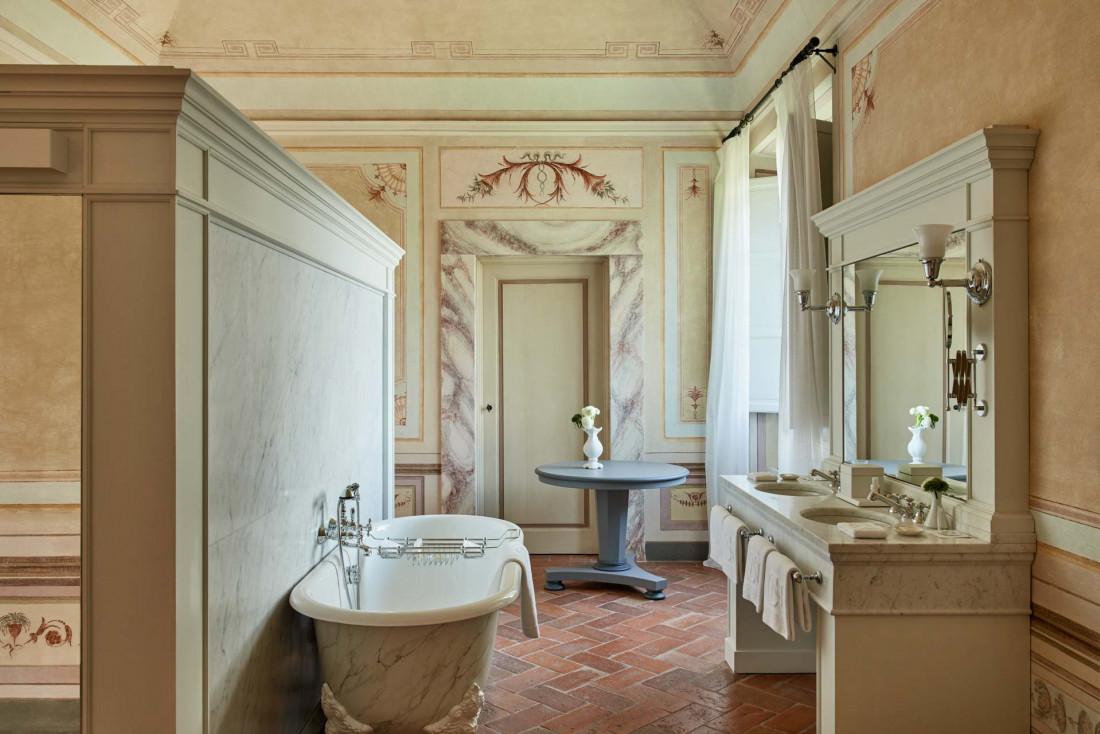 COMO Castello Del Nero | La salle de bain d'une 'Heritage Suite', avec ses fresques d'époque © COMO Hotels & Resorts