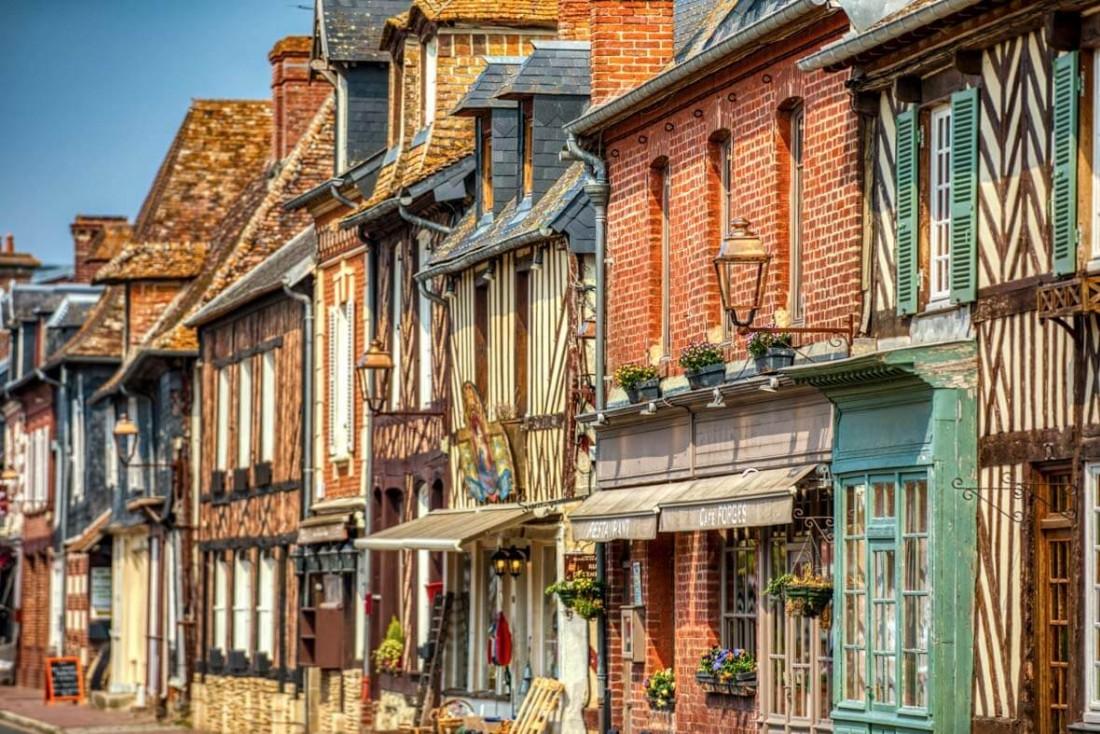 Les façades bigarrées de Beuvron-en-Auge dans le Pays d'Auge © Vincent Rustuel