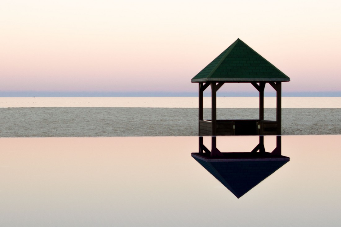 En fin de journée, on apprécie la douceur de l'air au bord de la piscine de l'hôtel, les yeux dans la mer © Alix Laplanche