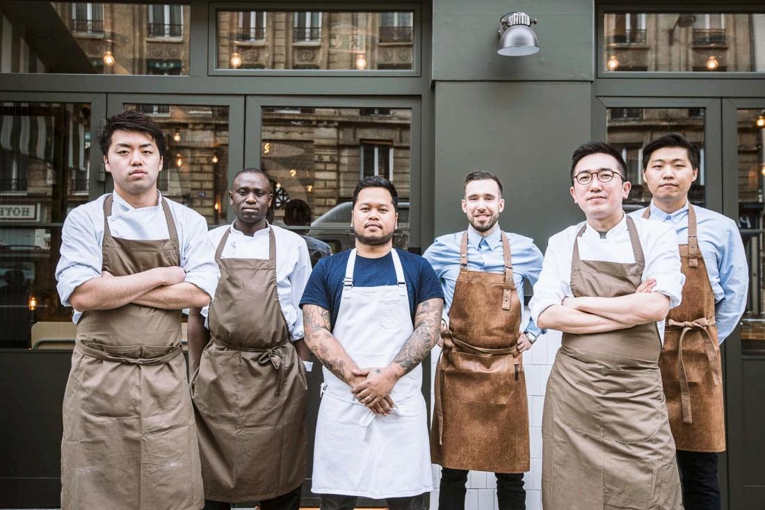 L'équipe pose devant le restaurant © Hugo&co