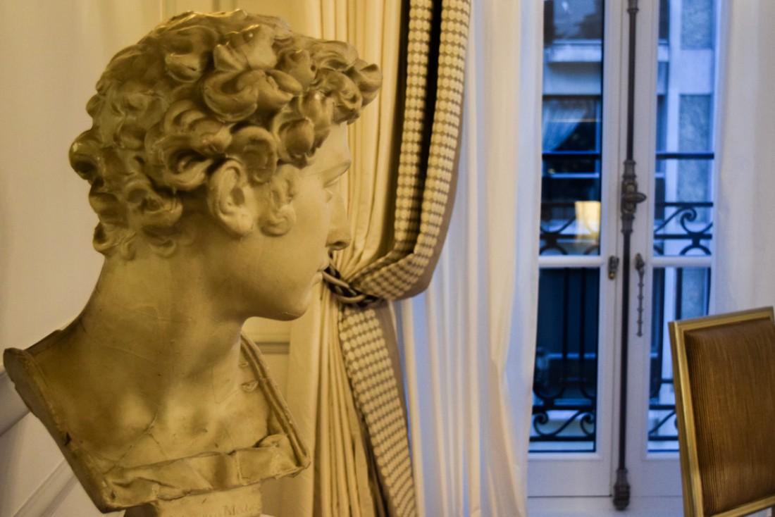 Dans les suites, des bustes antiques ornent le salon © Yonder.fr