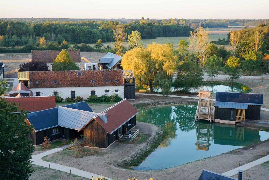 Le Hameau du Marais, bâti autour du lac de la propriété © MB   YONDER.fr