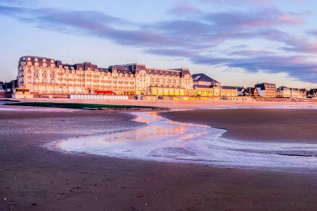 Cabourg au coucher de soleil et son mythique Grand Hôtel © Hervé Sentucq