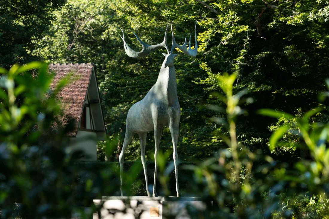 Le domaine est ponctué de sculptures contemporaines, ici « le Grand Cerf des Hauts de Loire » de Pierre Yermia © Fabrice Rambert