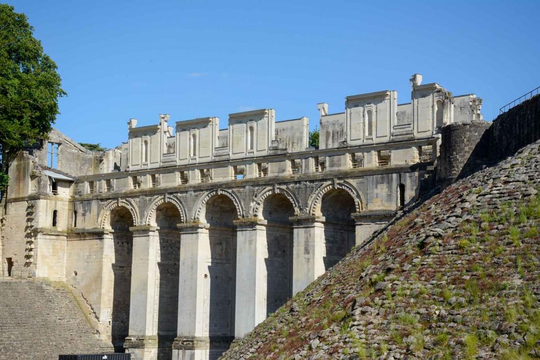 Le romantique pont de pierre du Château de Fère © J.L. Gwinner