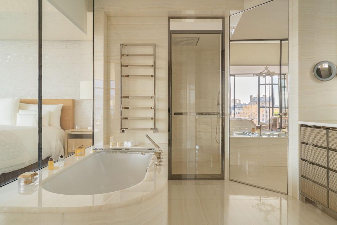 Cheval Blanc Paris   Les luxueuses salles de bain s'ouvrent sur la chambre © Alexandre Tabaste