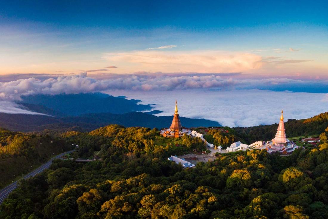 Les pagodes Phra Mahathat Napha Methanidon et Naphaphon Bhumisiri près de Chiang Mai ©  DR
