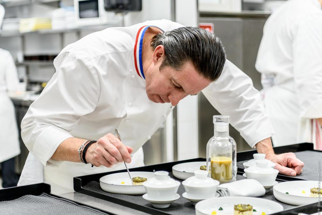 Le chef Christophe Bacquié dans les cuisines de son restaurant 3-étoiles Michelin © Live and Shoot
