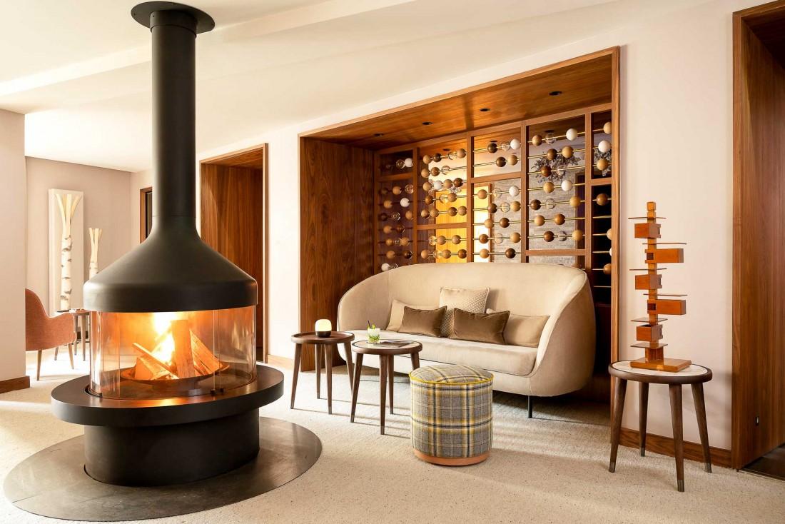 Salon avec cheminée au Cœur de Megève, un boutique-hôtel romantique dans les Alpes © Vincent Leroux