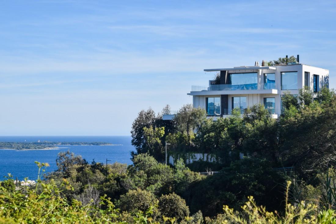 Villa perché sur la colline de La-Croix-des-Gardes © Yonder.fr