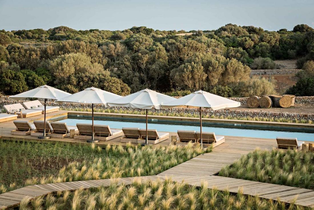 Une belle piscine domine les champs alentours, au sein d'un immense domaine de 300 hectares © Yann Deret