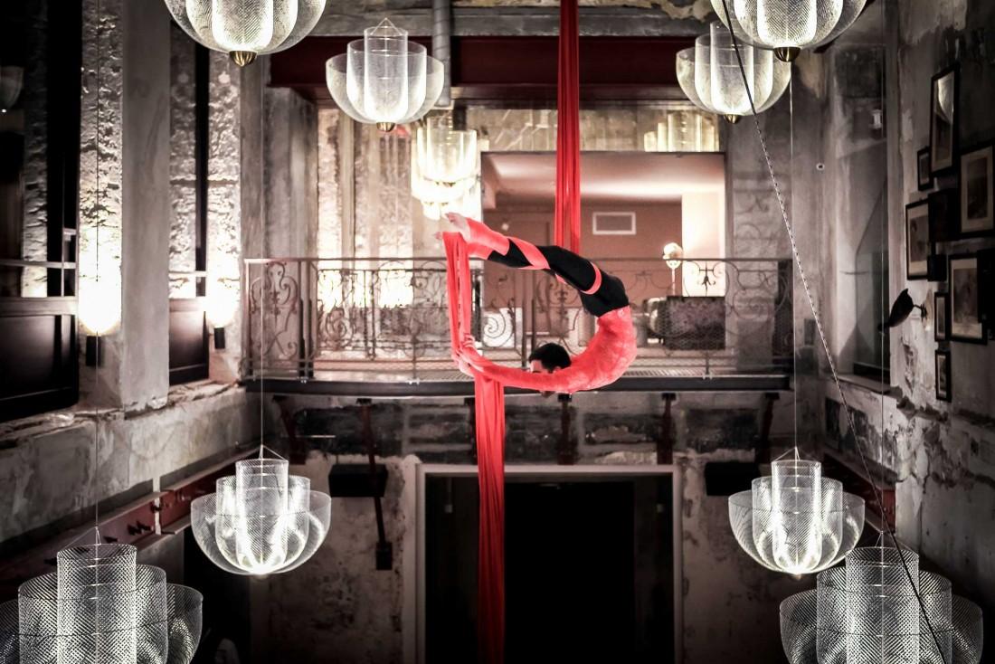 Les shows et performances (ici un danseur aérien en action) constituent l'ADN de La Folie Douce © MC-Pix