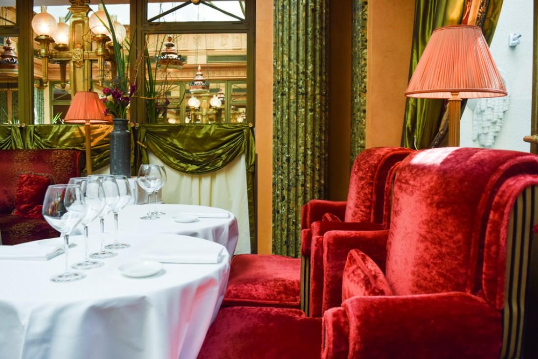 Assises confortables dans cette salle de restaurant aux allures d'écrin © Yonder.fr