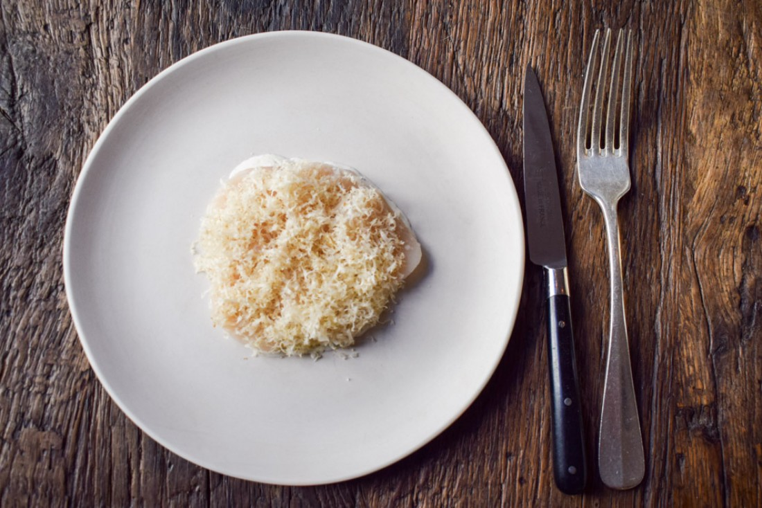 Saint-Jacques crues, crème poivrée au genièvre, pommes patte de loup, noix râpées © YONDER.fr