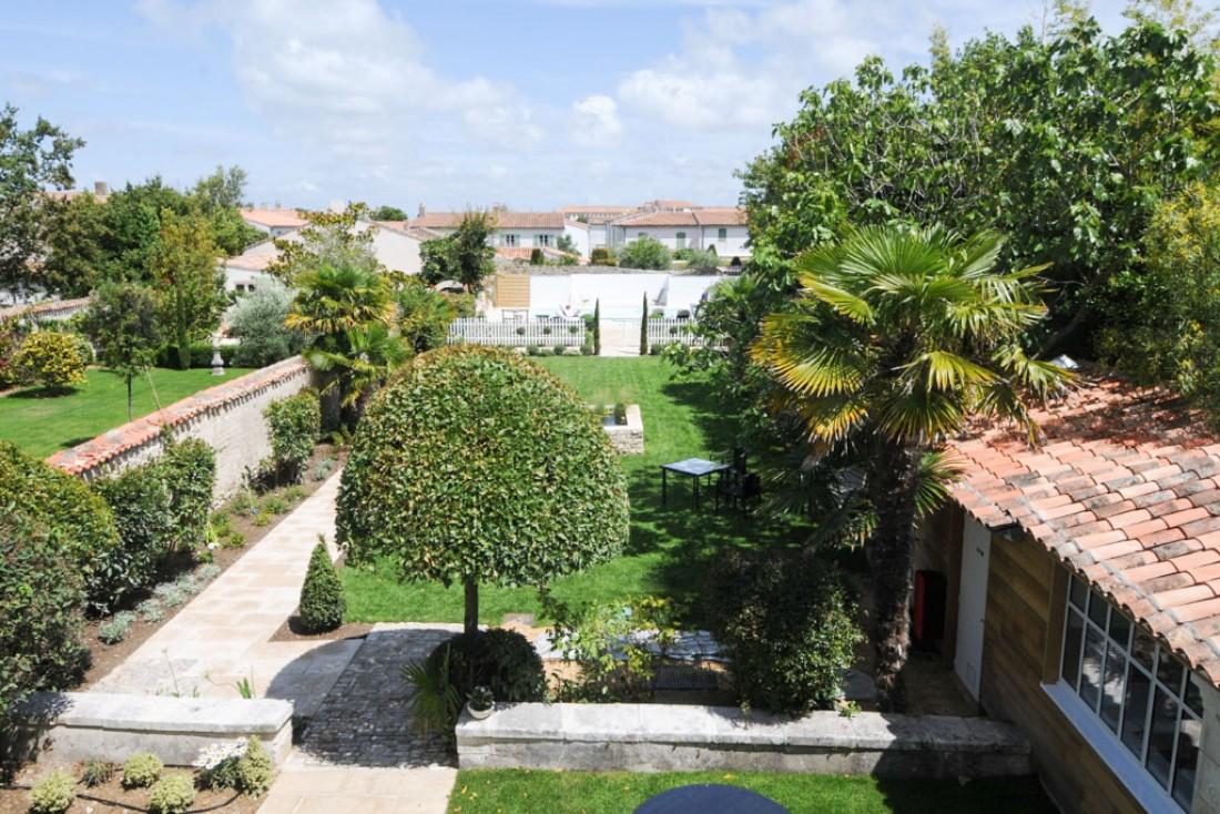 Vue sur le jardin depuis le premier étage de la villa © Villa Clarisse