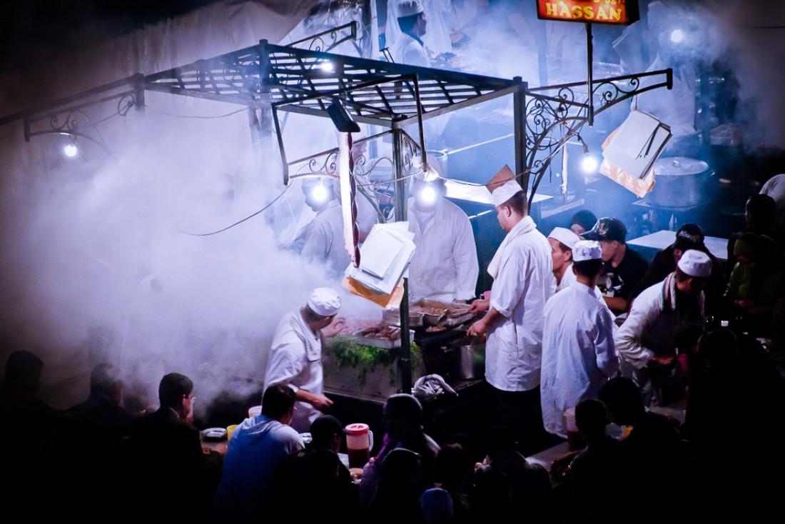 Street food sur la légendaire place Jemaa el-Fna | © Flickr CC – Chris Zielecki -  https://flic.kr/p/actevs