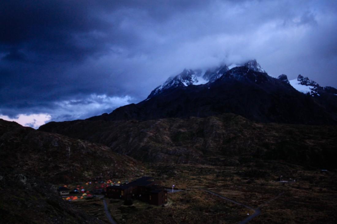 Lever de soleil - Ambiance camp de base au Refugio Paine Grande   © Cédric Aubert