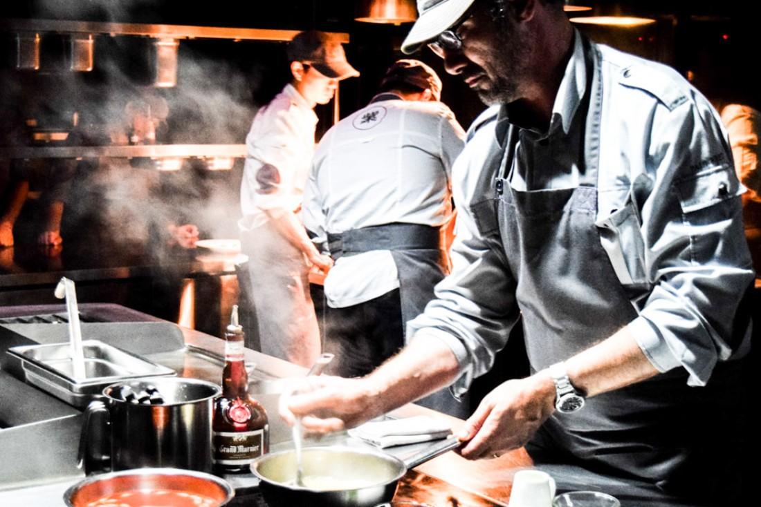 Paul Pairet aux fourneaux, dans les cuisines d'Ultraviolet © MB | YONDER.fr