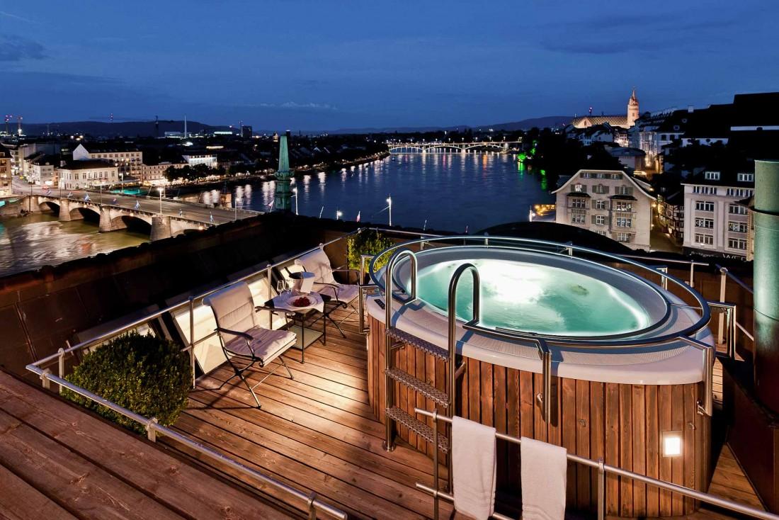 Rooftop avec jacuzzi et vue sur le Rhin dans l'extraordinaire Suite signature