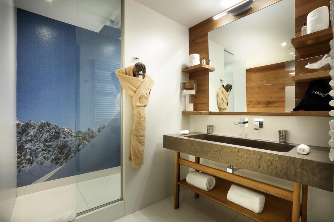 Salle de bain avec vue dans une Junior Suite XL © Gerard Cottet