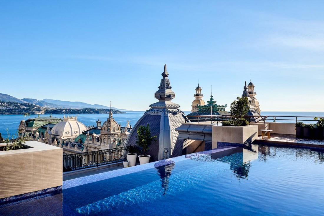 La Suite Prince Rainier III (600m2 de surface) s'ouvre sur une immense terrasse agencée sur deux niveaux offrant une piscine débordement et une vue imprenable sur la Place du Casino © SBM
