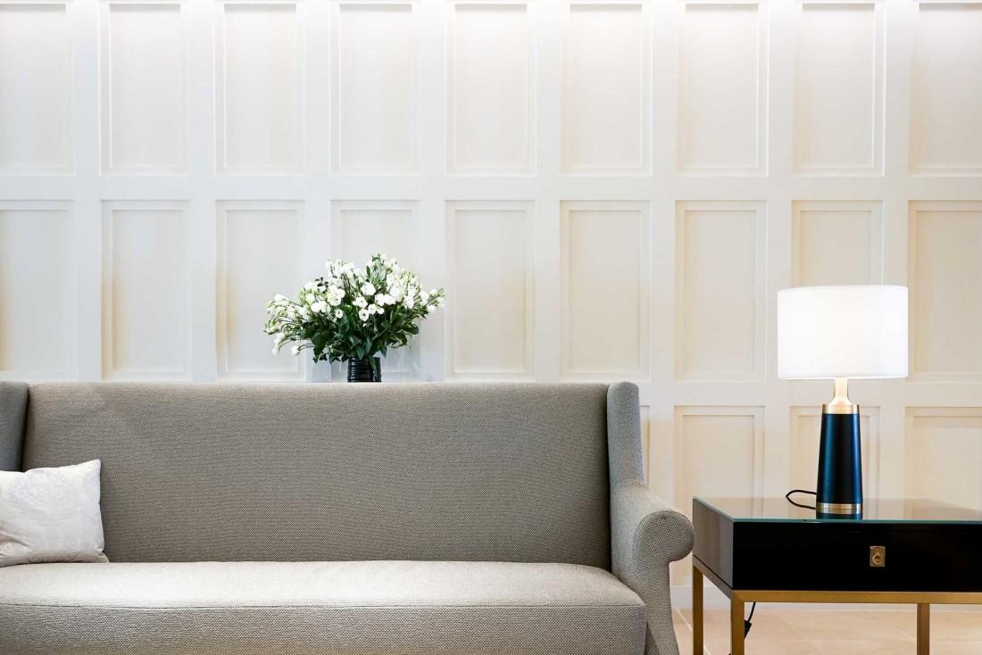Décor contemporain sobre et chic dans les salons de l'hôtel © YONDER.fr