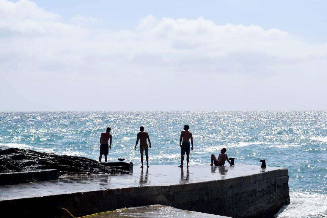 Alors que les vagues déferlent sur le petit port de Vernazza, les gamins du village en profitent pour se rafraîchir © YONDER.fr