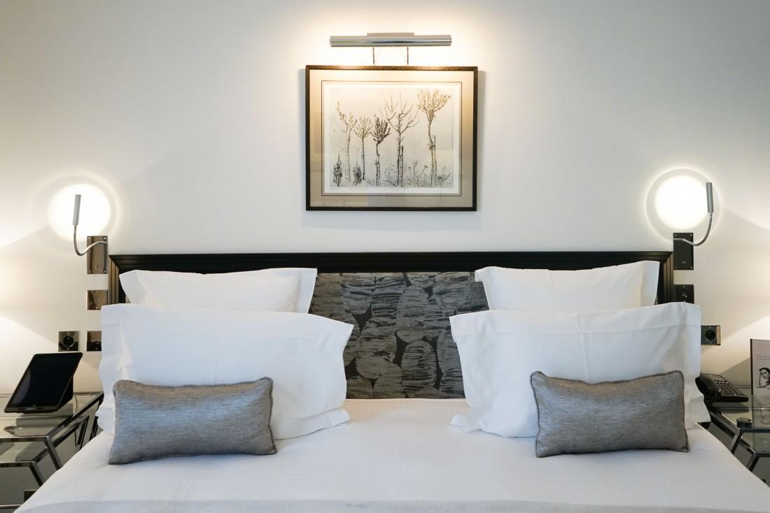 Les chambres et suites récemment rénovées bénéficient d'un décor très sobre, comme ici dans la Junior Suite 507 © YONDER.fr