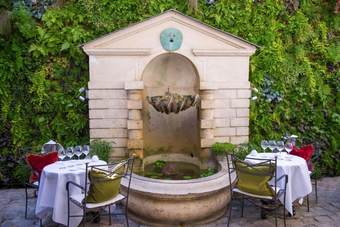 Le Restaurant offre quelques tables sur sa terrasse de poche aux beaux jours © L'Hôtel