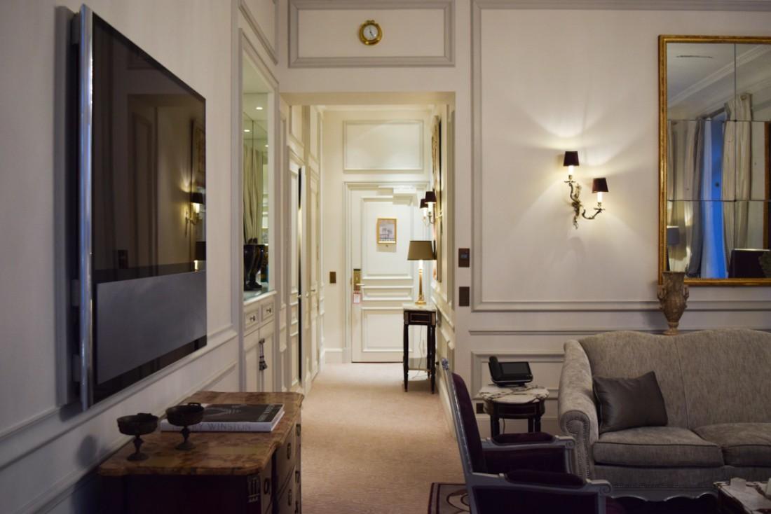 L'entrée et le salon. Sur la gauche, un immense téléviseur Bang & Olufsen © Yonder.fr