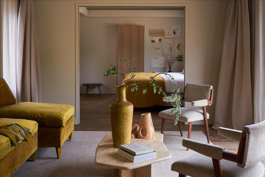 Salon et chambre d'une suite du Hameau du Marais © MP Morel
