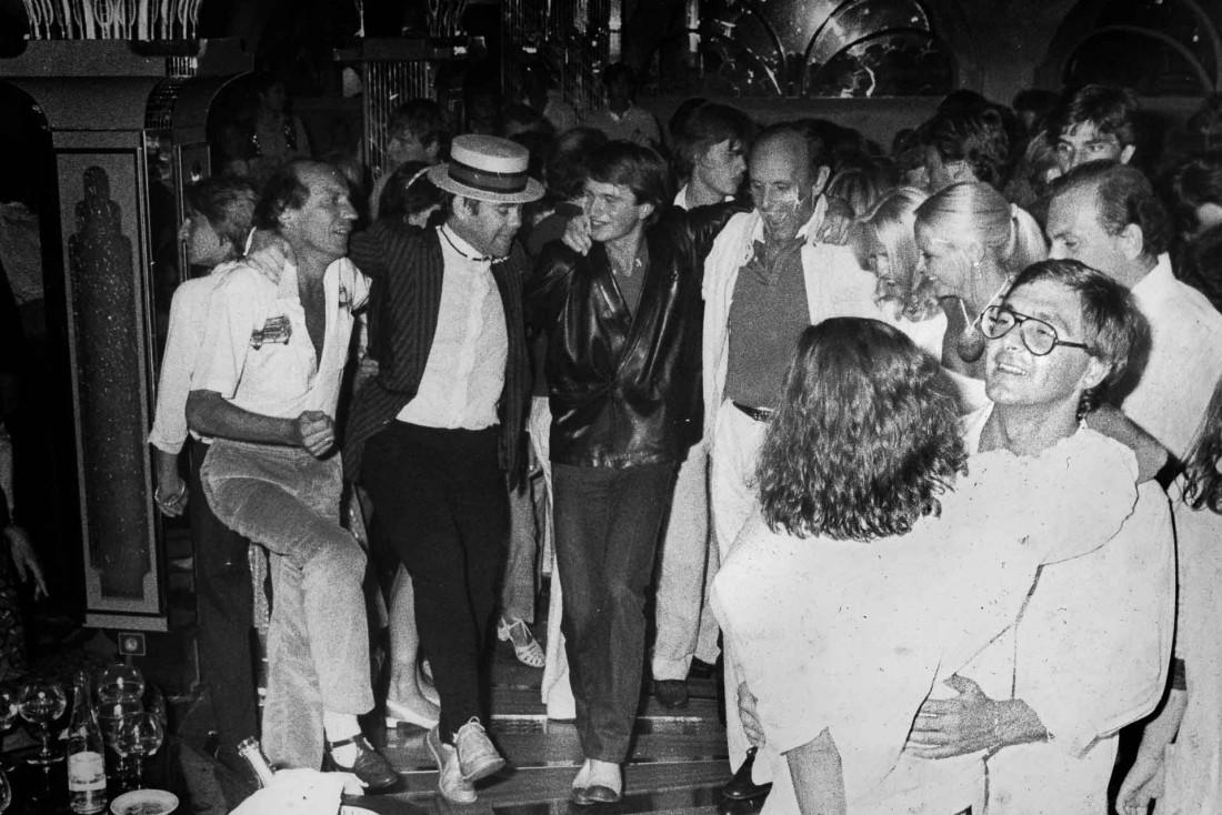 Le palace attire depuis ses débuts de nombreuses célébrités. Ici Elton John aux Caves du Roy © F. Jaubert