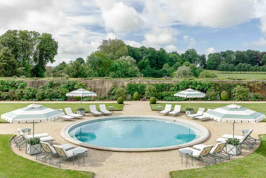 L'Hôtel Château du Grand-Lucé dispose d'une charmante piscine circulaire dans ses jardins © Adam Lynk