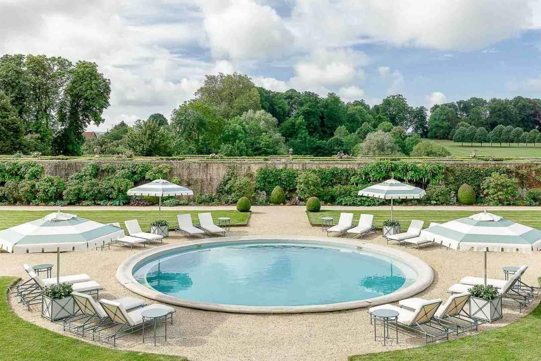 La belle piscine ronde du Château du Grand-Lucé dans la Sarthe © Adam Lynk