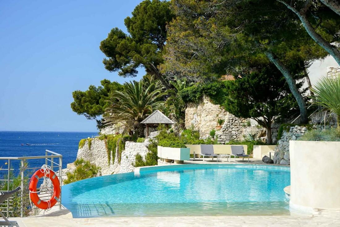 Le turquoise de la piscine originelle tranche avec le vert des pins et le bleu de la Méditerranée © YONDER.fr