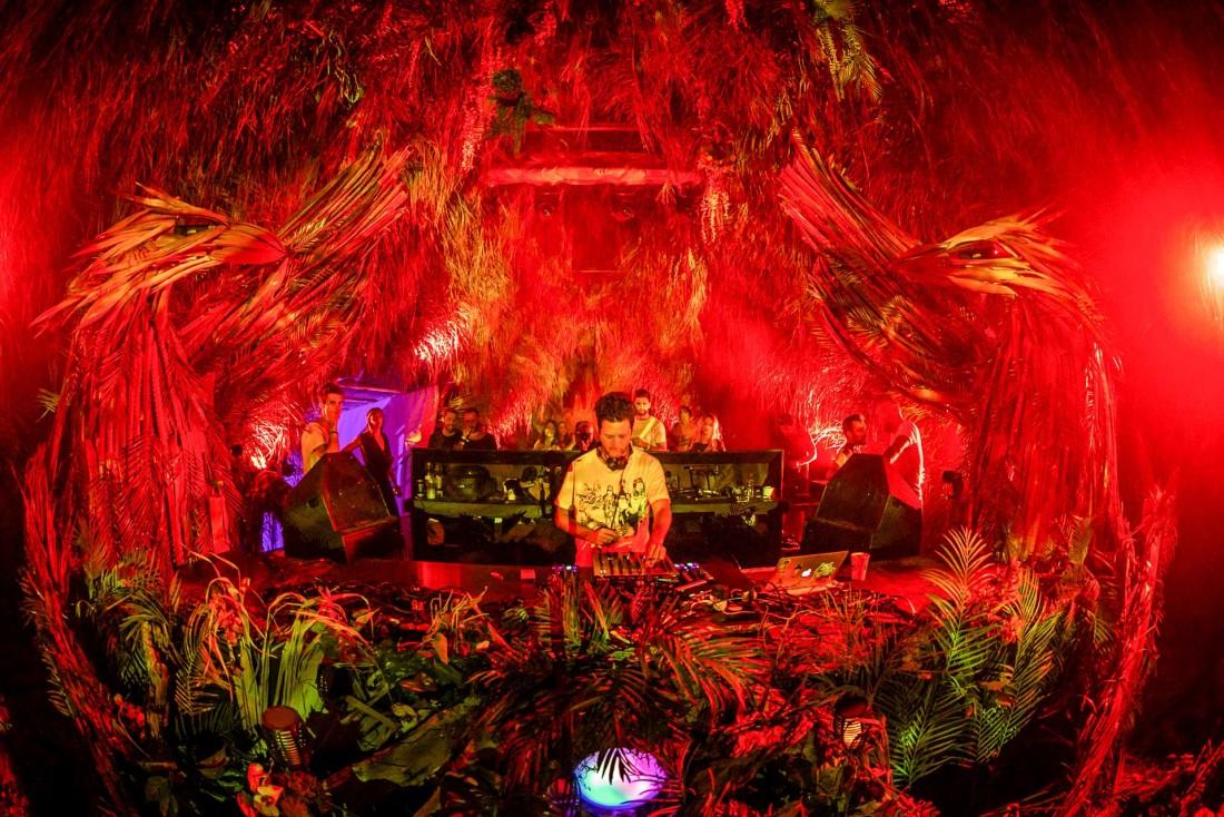 Le DJ israélien, et basé à LA Guy Gerber, en plein mix © Geoffrey Hubbell