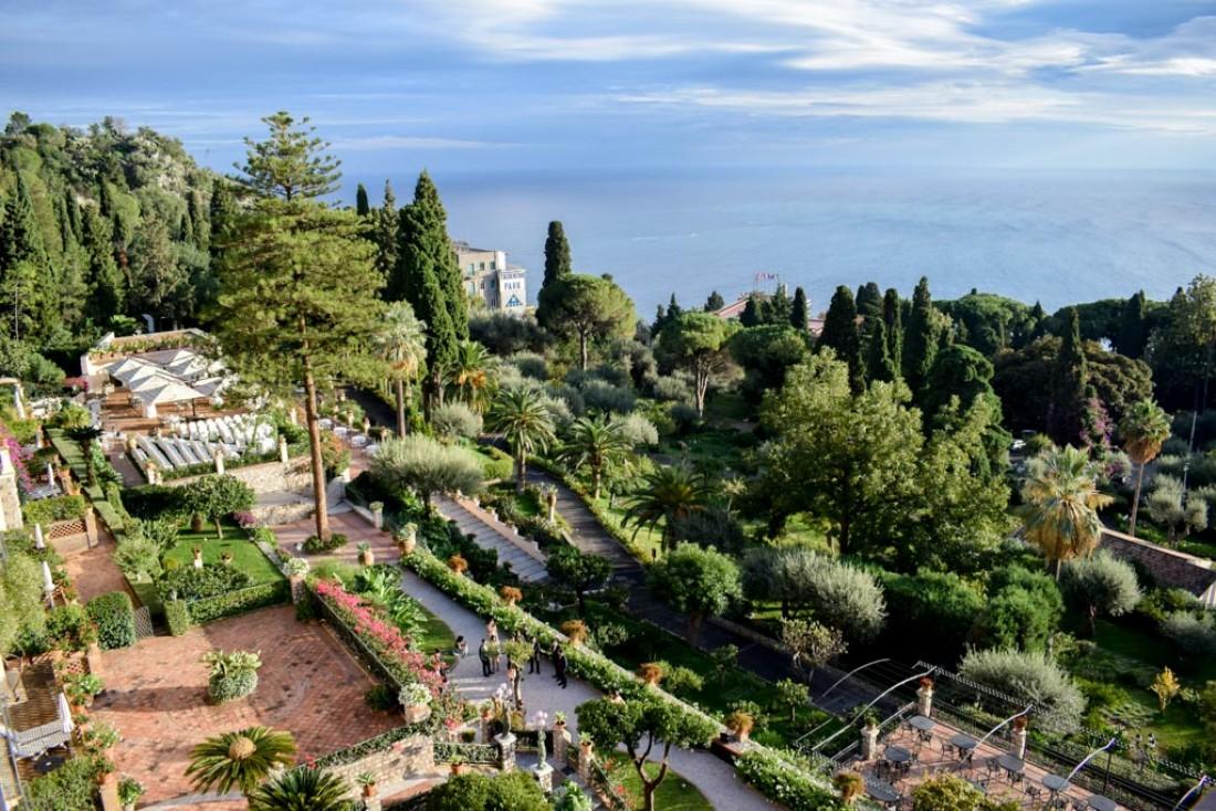 Coucher de soleil sur la terrasse et les jardins de l'hôtel © YONDER.fr
