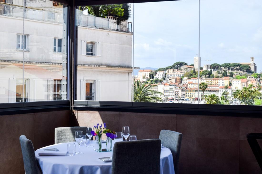 Vue sur Le Suquet depuis le Restaurant SeaSens au Five Seas Hotel © Yonder.fr