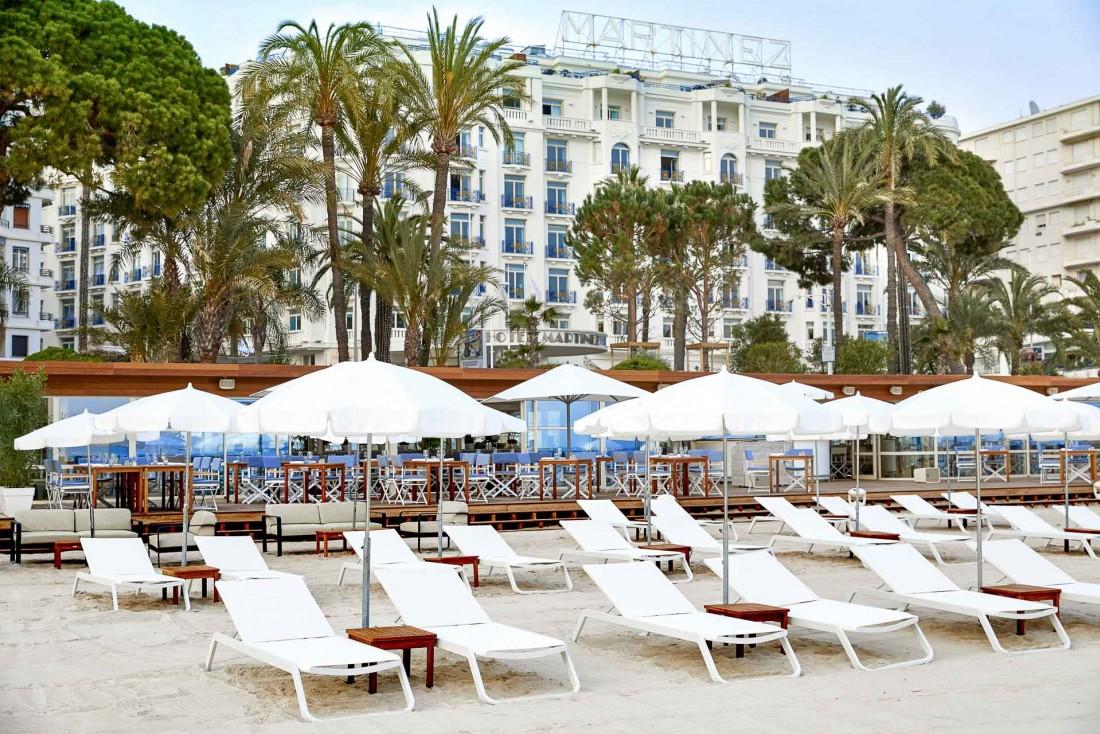 La plage de l'hôtel posée sur le sable, face à la Grande Bleue et aux îles de Lérins © JF Romero
