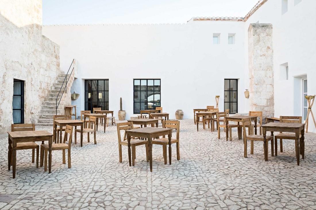 La cour de Torre Vella : c'est ici que les dîner est servi © Yann Deret