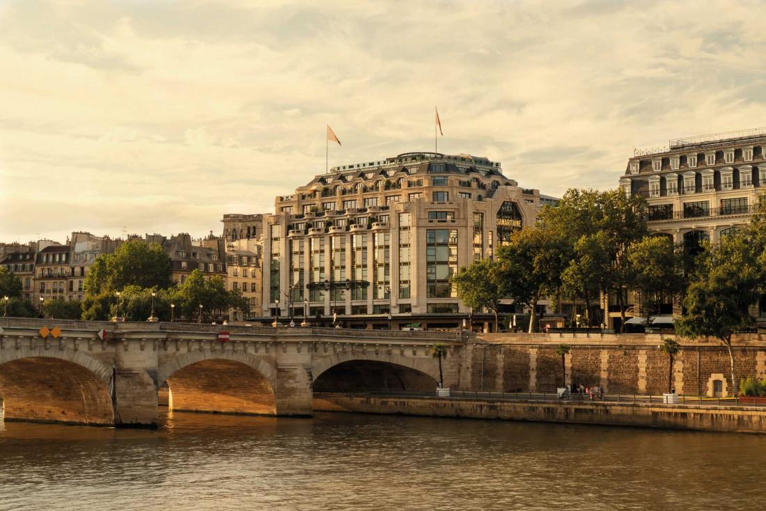 La façade du Cheval Blanc Paris domine fièrement la Seine et le Pont Neuf © Alexandre Tabaste